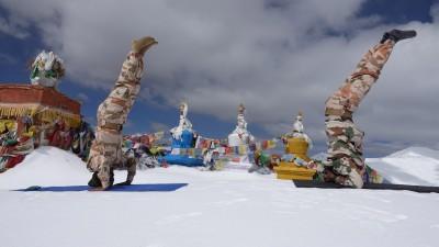 國際瑜珈日!邊境衝突放一邊 印度邊防在喜馬拉雅山做瑜珈
