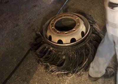 快訊》國道3號快官段板車爆胎鋼絲散落 傳10車輾過車體受損