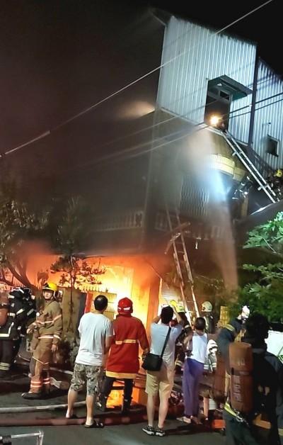 台南永康民宅深夜大火 屋主妻受困3樓陽台被救出