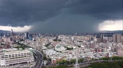 板橋午後雨瀑奇景 雷暴雨交如末日降臨