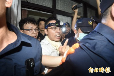 藍委佔議場》一度與警方推擠 林為洲要求開燈開冷氣