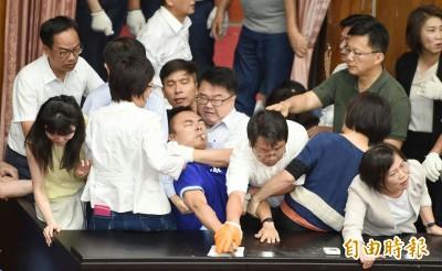 藍委佔議場》洪孟楷遭勒脖泣控吳秉叡想殺人 「一瞬間想到1歲6個月女兒」