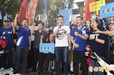 藍委佔議場》江啟臣向百名支持者喊話 吳斯懷坐輪椅現身陪同