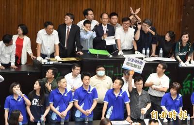 藍委佔議場》游錫堃入議場宣布開會 藍委敲擊寶特瓶鼓譟
