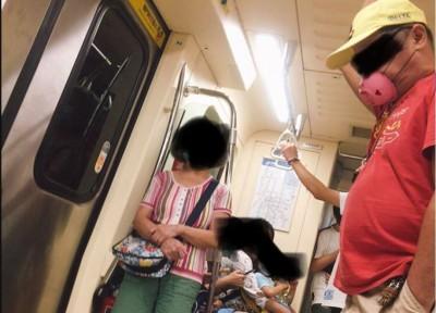 捷運上驚見「自製粉色口罩」 網傻眼:是佩佩豬的爺爺?