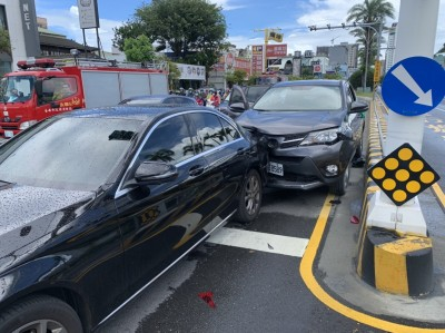 台南安平休旅車追撞轎車 駕駛傷重送醫不治