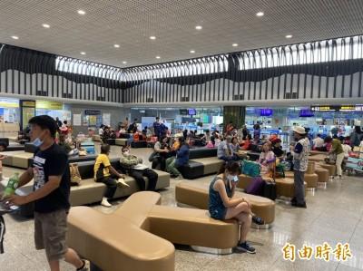 金門機場領防疫酒精 20多位旅客搶頭香