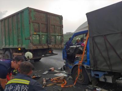 台74線大里段貨車追撞 2人受困車內獲救送醫