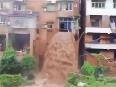 中國連33天暴雨預警 重慶洪水穿過三樓民宅成瀑布