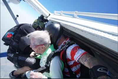 狂! 4千多尺高空跳傘  103歲人瑞勇破金氏紀錄