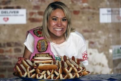 美國慶日大胃王比賽 日混血女10分鐘豪吃48.5個熱狗堡破紀錄