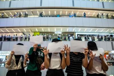 香港商場發起白紙靜默抗議 民罵「死黑警」被指違反國安法