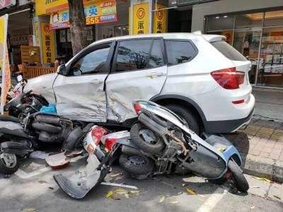 女駕BMW休旅車連撞2車刷一整排18部機車 4人受傷