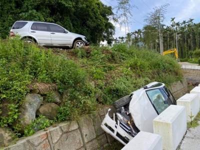 影片曝光!疑情侶吵架 賓士男怒開車把女友賓士車撞下山溝