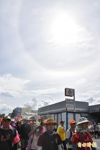 「粉紅超跑」進北港 天空出現「日暈」信徒驚呼