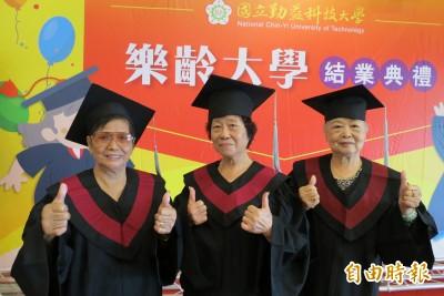 勤益科大、中市教局合辦樂齡大學畢典 3阿嬤好友樂當同學4年