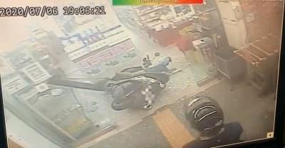 驚!媽媽機車未熄火即離車 幼童猛催油門撞破超市玻璃門