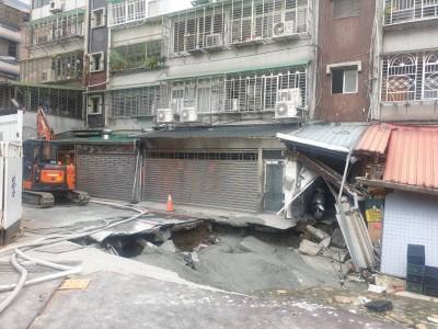 永和文化路地面塌陷擴大!市府疏散鄰近80戶103人