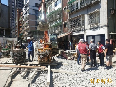 回家再等等!永和文化路塌陷現天坑 工務局預計2至3天搶修完成