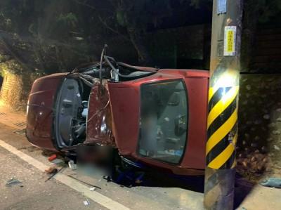小客車往觀音山撞電桿翻車  女困車內當場死、男重傷急救