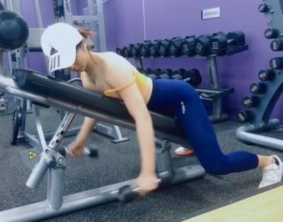 理工女神健身時「肩帶掉了」 影片讓網友全看傻:太犯規