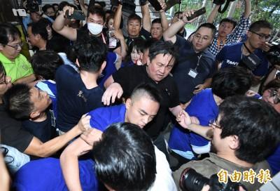 藍委阻監院人事案佔主席台爆衝突 陳菊混亂中進立院