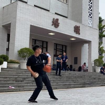 藍委攻進立院 陳柏惟議場前「丟壘球」:守夜真的辛苦