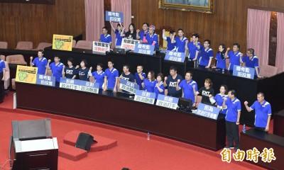 藍委霸佔主席台無法開會 陳菊提前離開立院