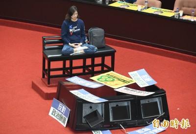 藍委佔主席台阻開會 推倒質詢台遭批「破壞議場現行犯」