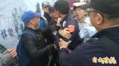 反年改毆警 吳斯懷帶「八百壯士」脫序抗議慘了