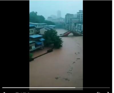 重慶再被水淹了!街道慘成河道、洪水「破門」辦公室萬人急撤
