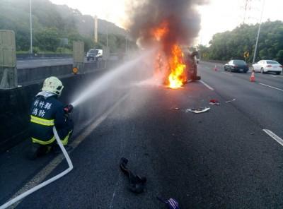 行駛國道飛來報紙擋視線  她伸手去撥竟翻車起火