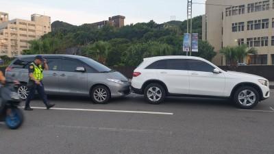 基隆市長林右昌趕行程 座車撞上賓士休旅車