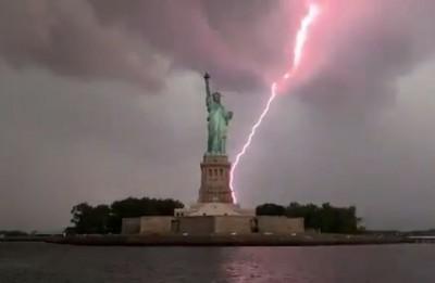 紫色閃電劈向自由女神像!專家警告:惡劣天氣恐持續