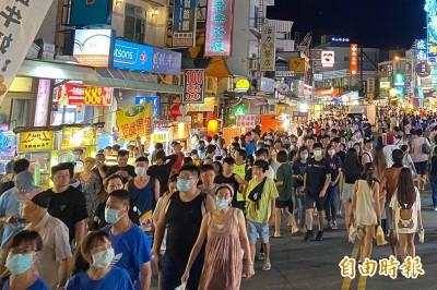 八大場所宣布重戴口罩 墾丁大街遊客戴口罩比率明顯上升
