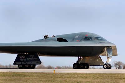 B-2轟炸機迫降衝出跑道 百億機身鏟草地