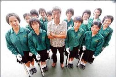 儘管已被小綠綠們以「爺爺」稱呼,但北一女中樂儀旗隊總教練楊先鐸仍不孜不倦地,教導出一批又一批揚名海內外的北一女樂儀旗隊。(記者叢昌瑾攝)