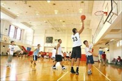 很多小朋友都希望長高,在籃球場上一展雄風,醫師表示生長板是關鍵。(記者李穎攝)