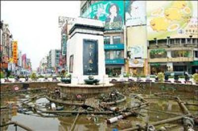 嘉義中央噴水池上以水泥鑄灌的孫中山銅像倒塌後,如花瓶般摔成碎片。<br>(記者謝銀仲攝)<br>