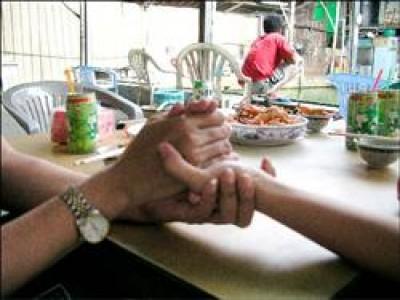 本報報導女大學生幫死黨尋母的溫馨故事後,小如昨天如願與失聯11年的媽媽相聚,母女緊握彼此的手,久久不忍放。(記者王榮祥攝)