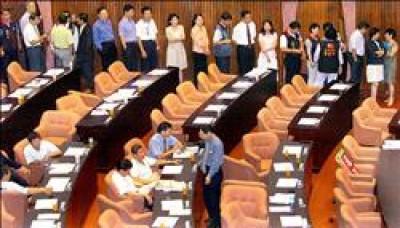 立法院院會昨日上午行使司法院長被提名人賴英照、副院長被提名人謝在全同意權投票,立委們排成一列準備投票。(記者朱沛雄攝)