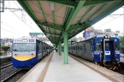 右邊是台鐵現有電聯車主力車種EMU500型,目前故障頻傳;左邊是未來營運利器EMU700型,目前交車延宕。(記者曾鴻儒攝)
