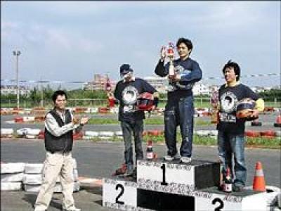 第一屆比賽冠軍選手是李健福(右二)、亞軍閔昱智(左二)、季軍鄭天生(右),得獎選手都興奮萬分。  (記者羅正明攝)