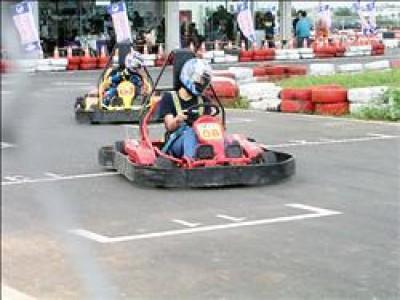 第一屆閔教練盃小型賽車昨天開賽,小型賽車底盤低,感覺車速也比實際車速快多了,不少車手都飆得大呼過癮。     (記者羅正明攝)