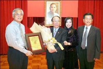 副縣長陳志清(左)將榮譽縣民證書頒給愛妮雅化妝品集團總裁陳威中(左二)。(記者林明宏攝)