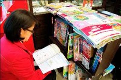 市售書商出版的測驗卷、講義、參考書種類繁多,估計一年超過二十億元商機,家長花費不少。(資料照,記者謝文華攝)