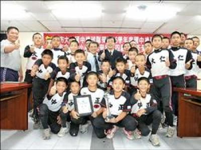 大仁國中、中正國小棒球隊在全國賽稱霸,獲得教育局長鄭英耀接見。(記者曹明正攝)