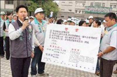 民進黨立委候選人林耘生(左一)要求國民黨立委候選人吳敦義簽切結書,當專任立委。(記者林明宏攝)