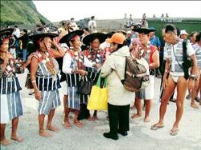 蘭嶼達悟族耆老身著傳統服飾,熱烈歡迎來訪的菲律賓巴丹島居民。(台師大博士生董恩慈提供)