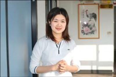 南榮技術學院學生許硯婷不僅是學校親善大使,還是名「董事長」學生,經營一家公司哦。(記者楊金城攝)